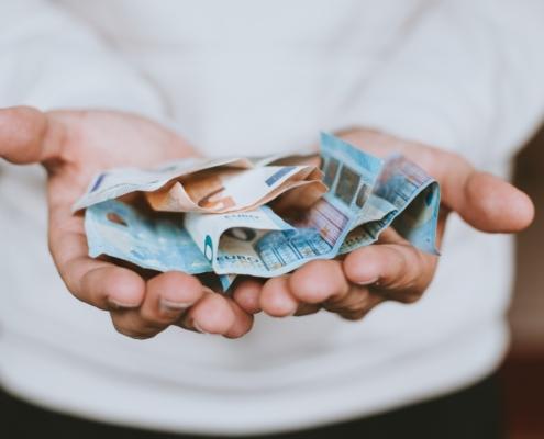 Eine Frau, die Geld in die Hand nimmt