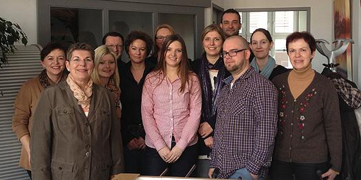 11 Social Media Manager und der Dozent Thorsten Ising